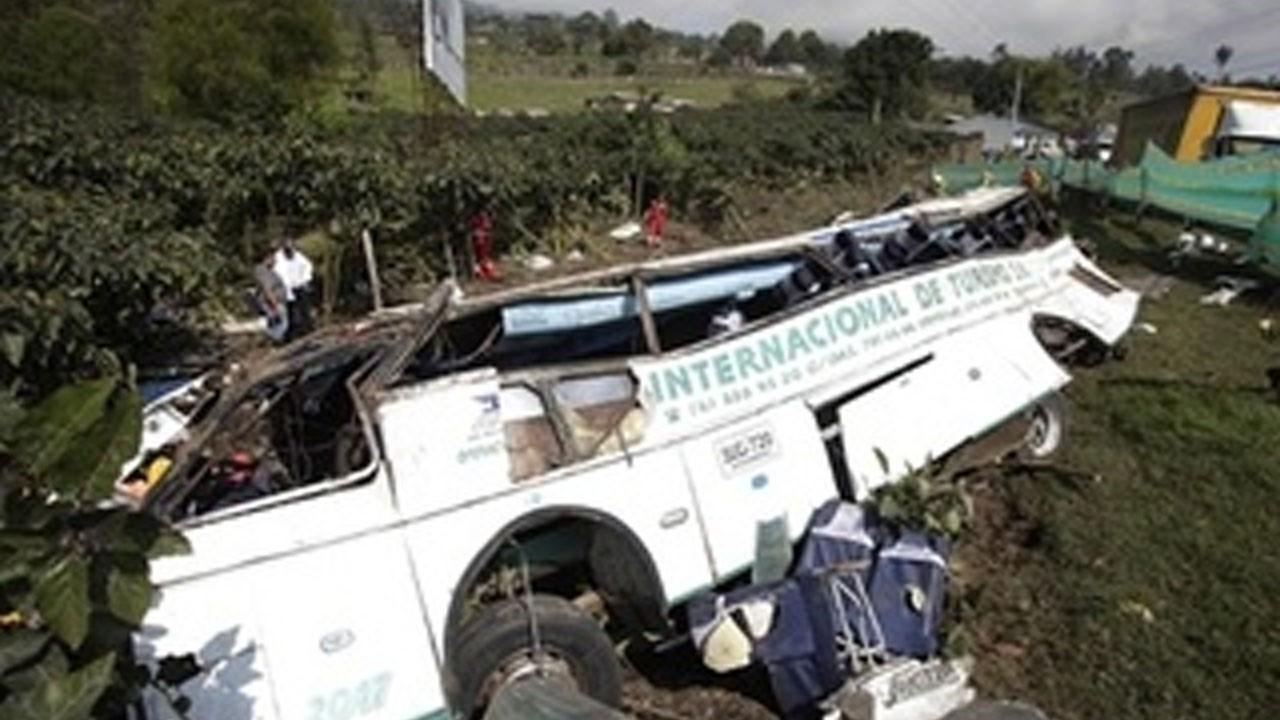 Ootobüs uçuruma yuvarlandı, 6 kişi öldü
