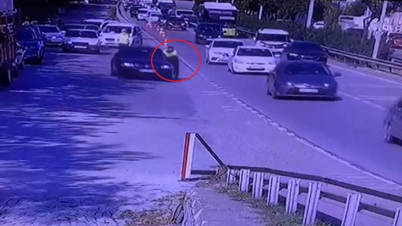 Aracın camına tutunan polis metrelerce sürüklendi
