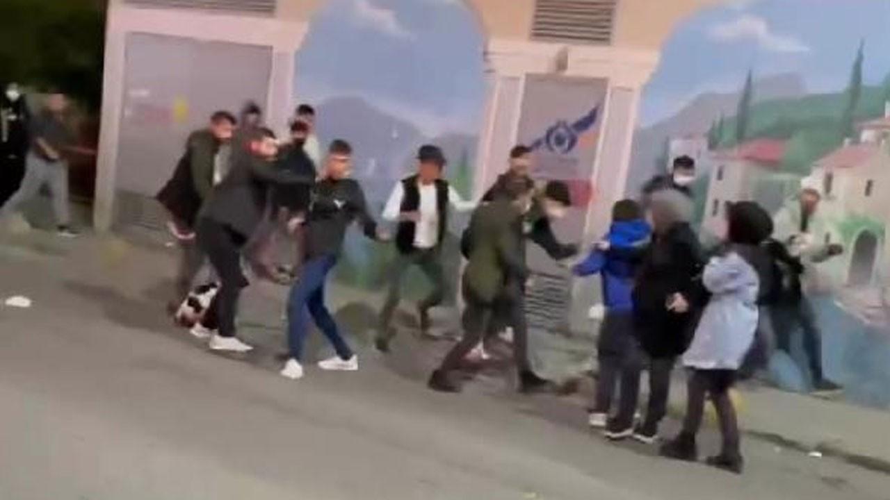 Öğrencilerin sokak ortasındaki kavgası kamerada!