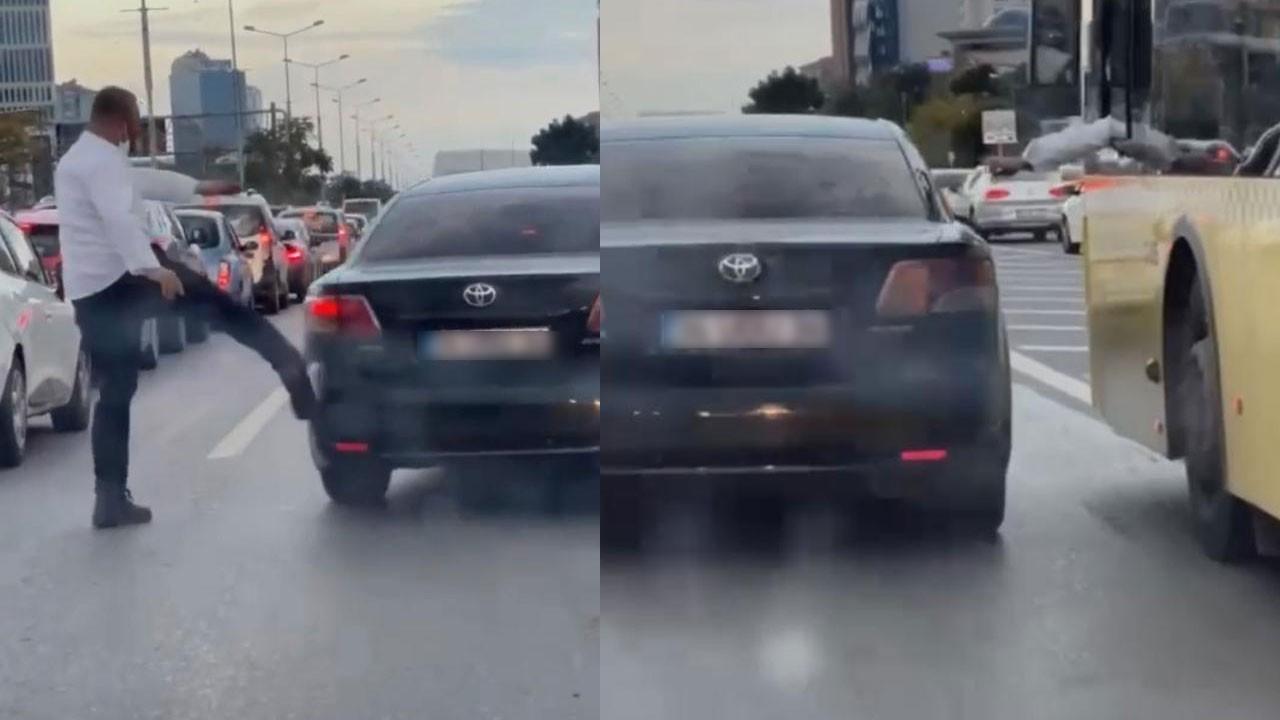 Tartıştığı kişinin otomobilini tekmeledi