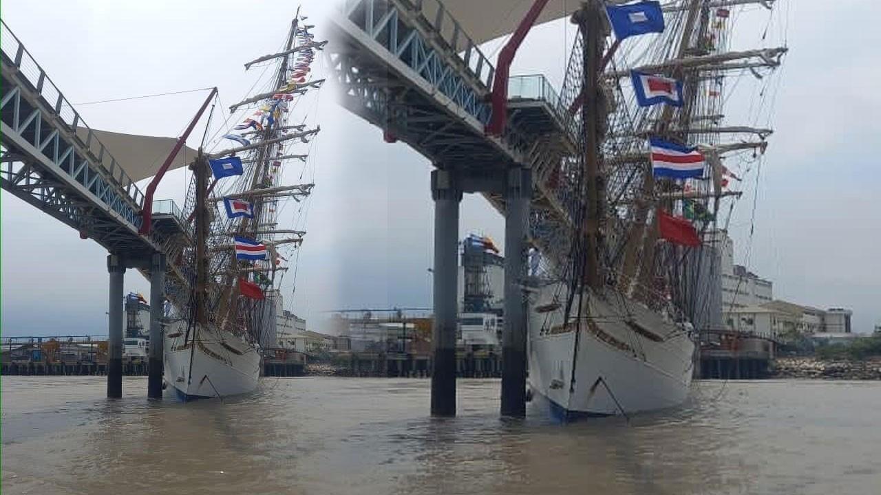 Eğitim gemisi yaya köprüsüne çarptı