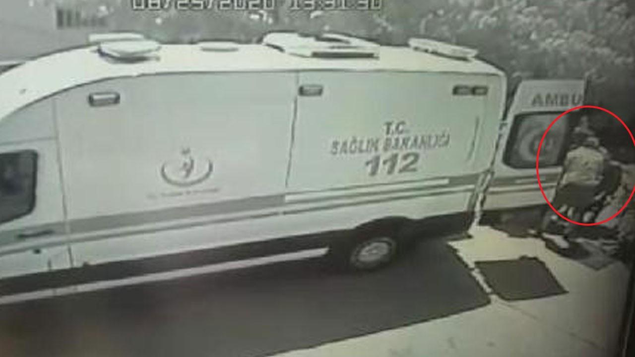 Ambulansa bindirilirken sedyeden düştü